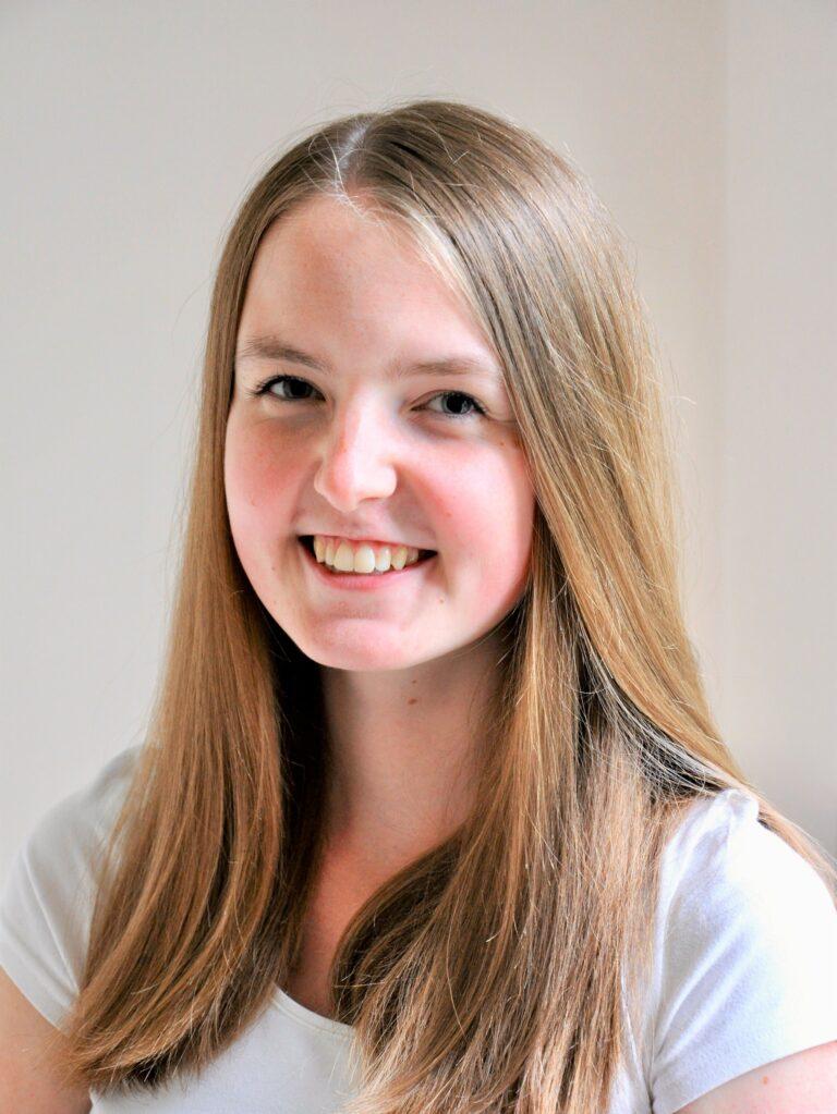 Studienassistenz Laura lächelt in die Kamera