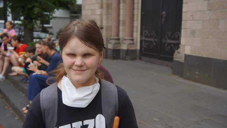 Die blinde Studentin Jalea in der Nähe des Klettenbergparks in Köln