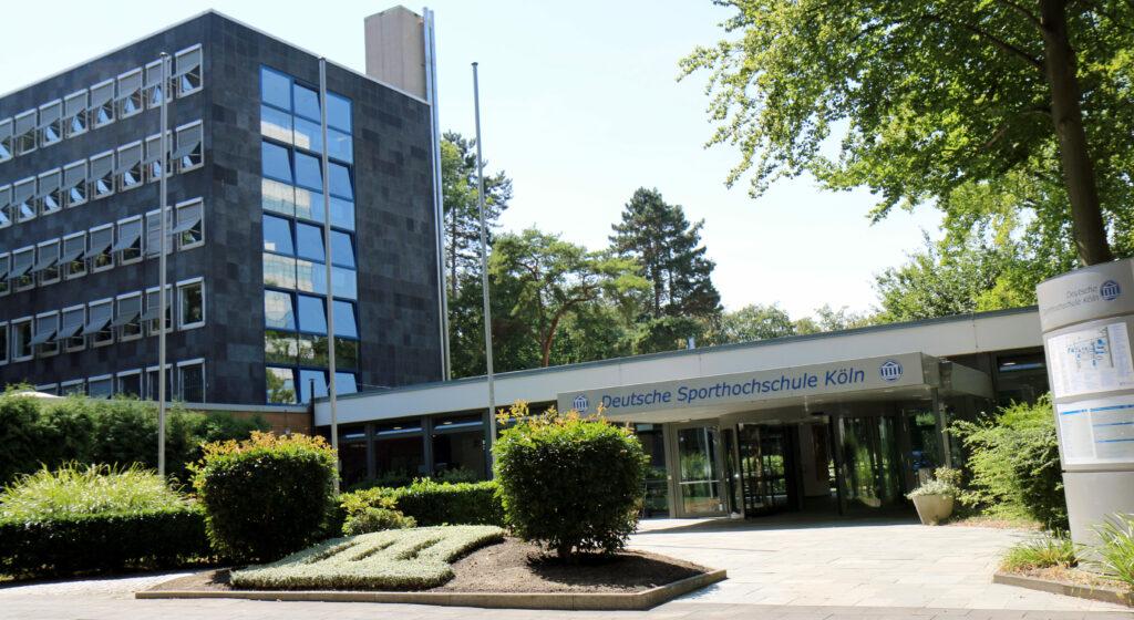 Eingang zum Campus der Deutschen Sporthochschule Köln