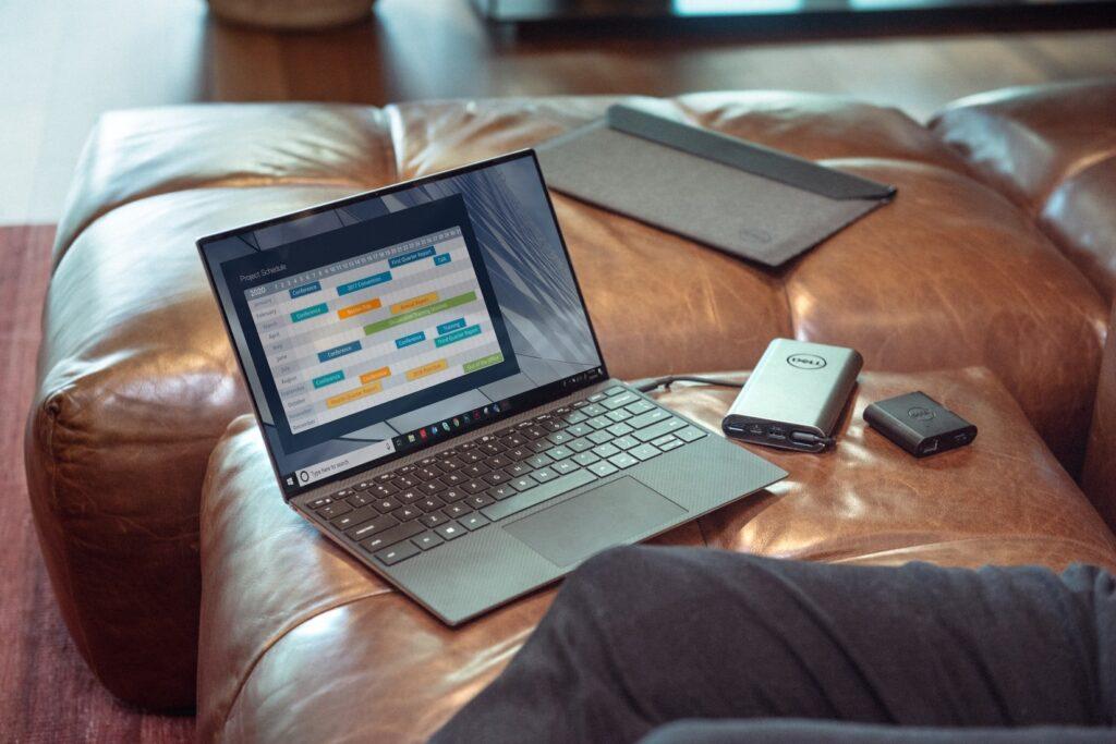 Ausstattung fürs Studium: Ein Laptop auf einer Couch