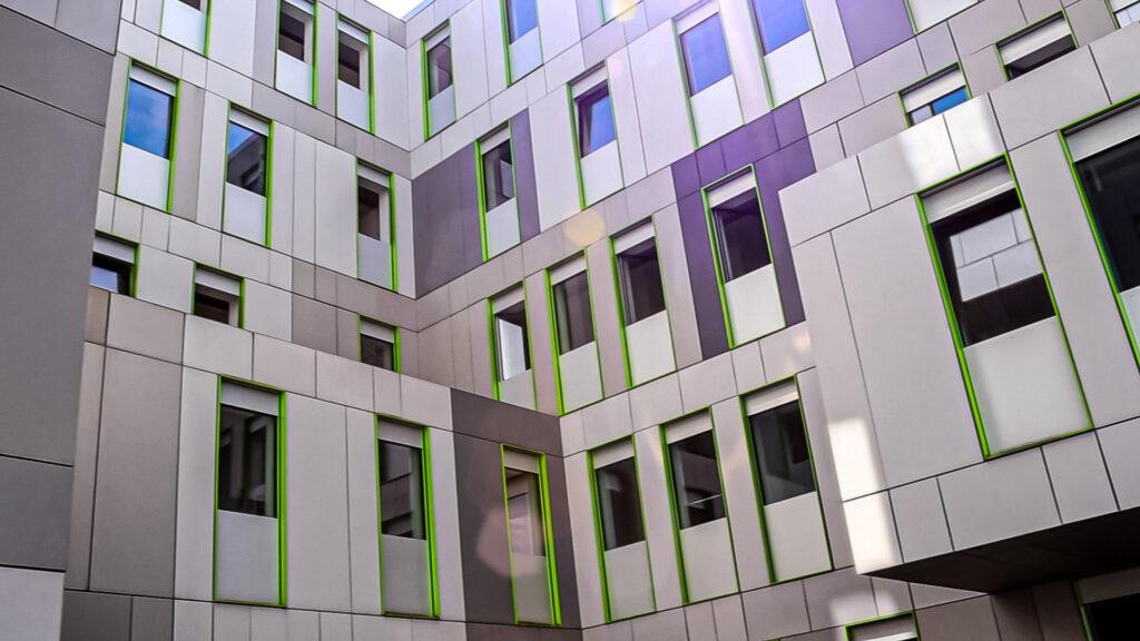 Fensterfront des Studierendenservicecenters der Universität zu Köln