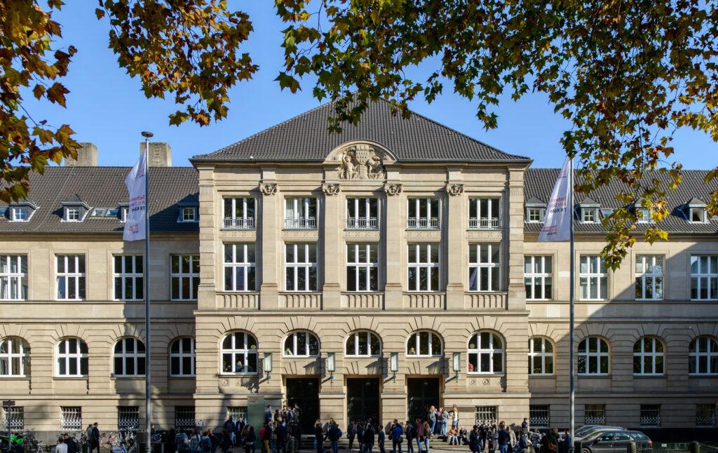 Vorderansicht des Campus Claudiusstraße der Technischen Hochschule Köln