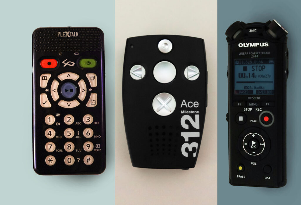 Hilfsmittel für Blinde: Drei verschiedene Aufnahmegeräte vor blau-weißem Hintergrund