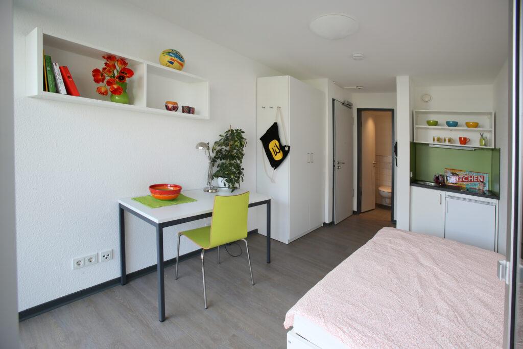 Zimmer eines Studentenwohnheims in Köln, in dem eine Person wohnen kann