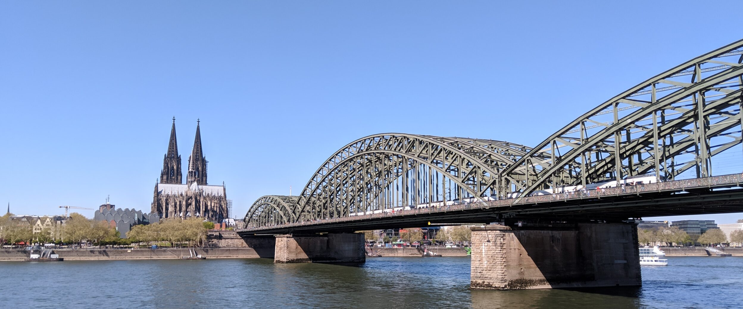 Blick auf den Kölner Dom, die Hohenzollernbrücke und den Rhein vom Deutzer Rheinboulevard aus