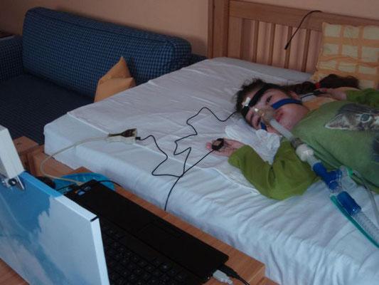 eine junge Frau bedient ihren PC mit zwei Tastern als Hilfsmittel